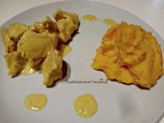 pollo con salsa crema de curry y puré de calabaza y papa
